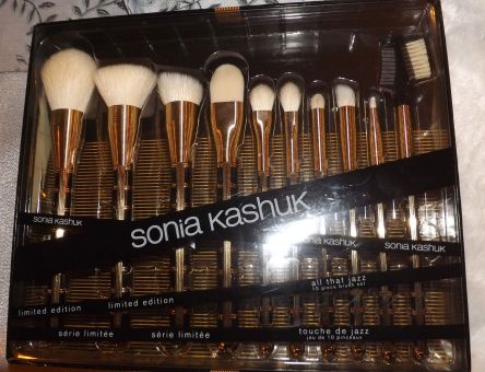 Just for the holidays! The Sonia Kashuk limited edition brush set at Target.